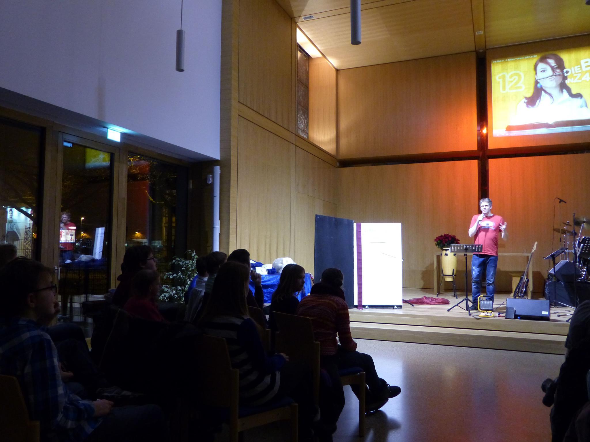 Felix auf der Bühne in der Predigt